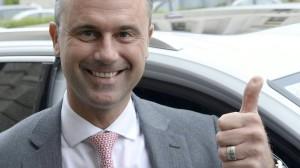 Норберт Хофер, кандидат від ультрапоравої партії Свободи, оскаржив результати виборів в суді і виграв