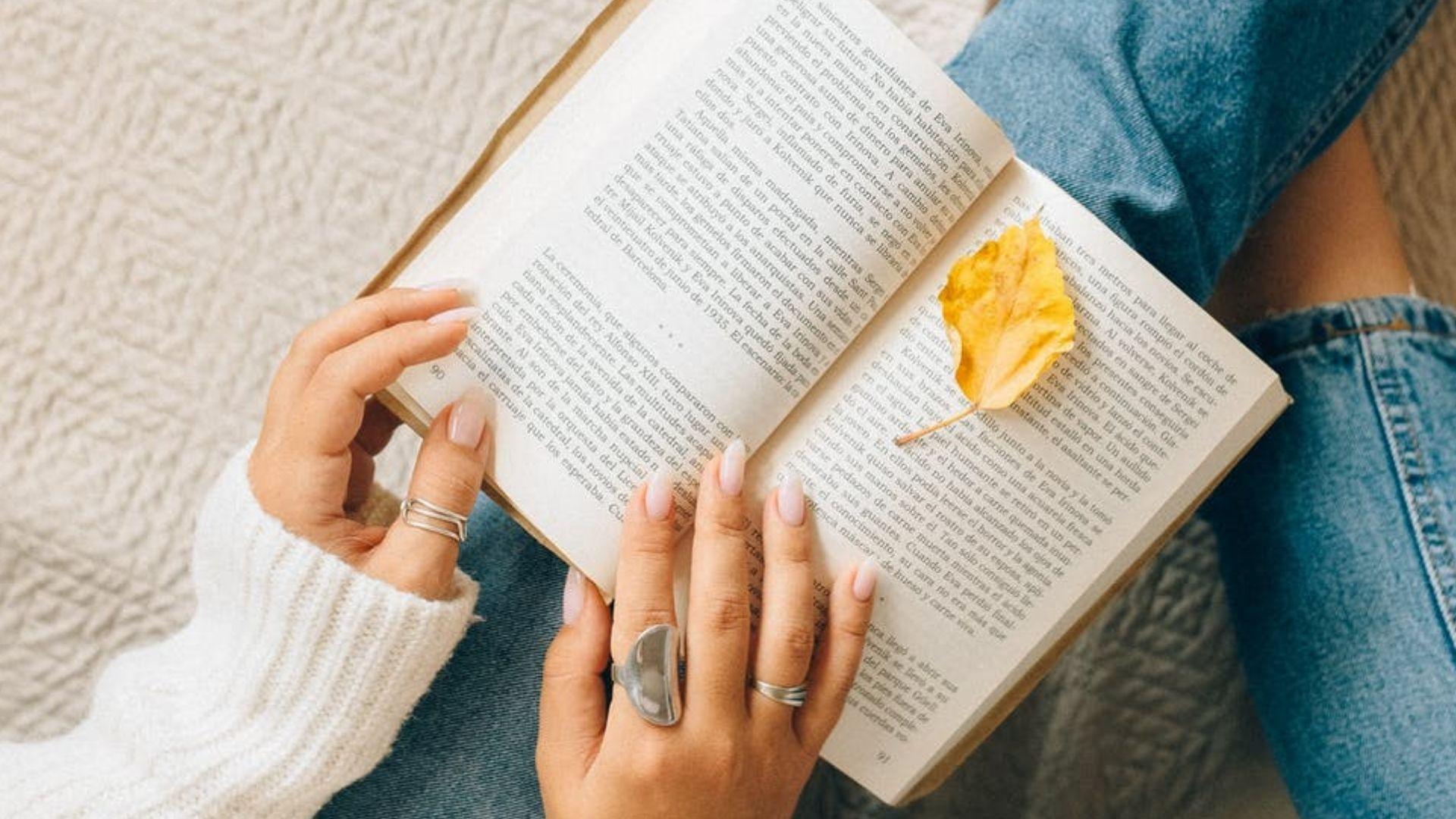 Дівчина читає книжку