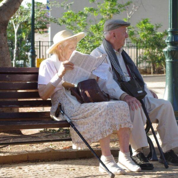 Люди літнього віку сидять на лавці