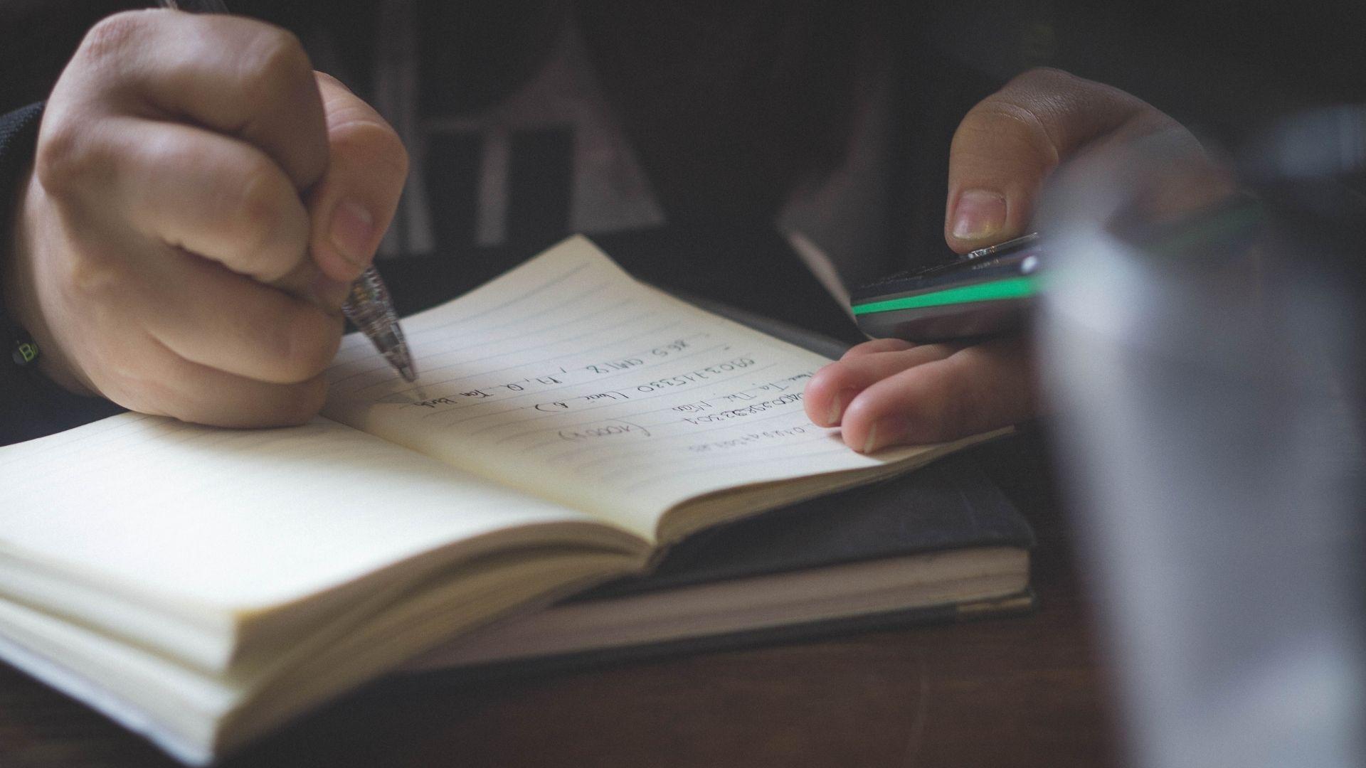 Дитина пише літери